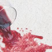 rødvinsglas tabt på gulvet