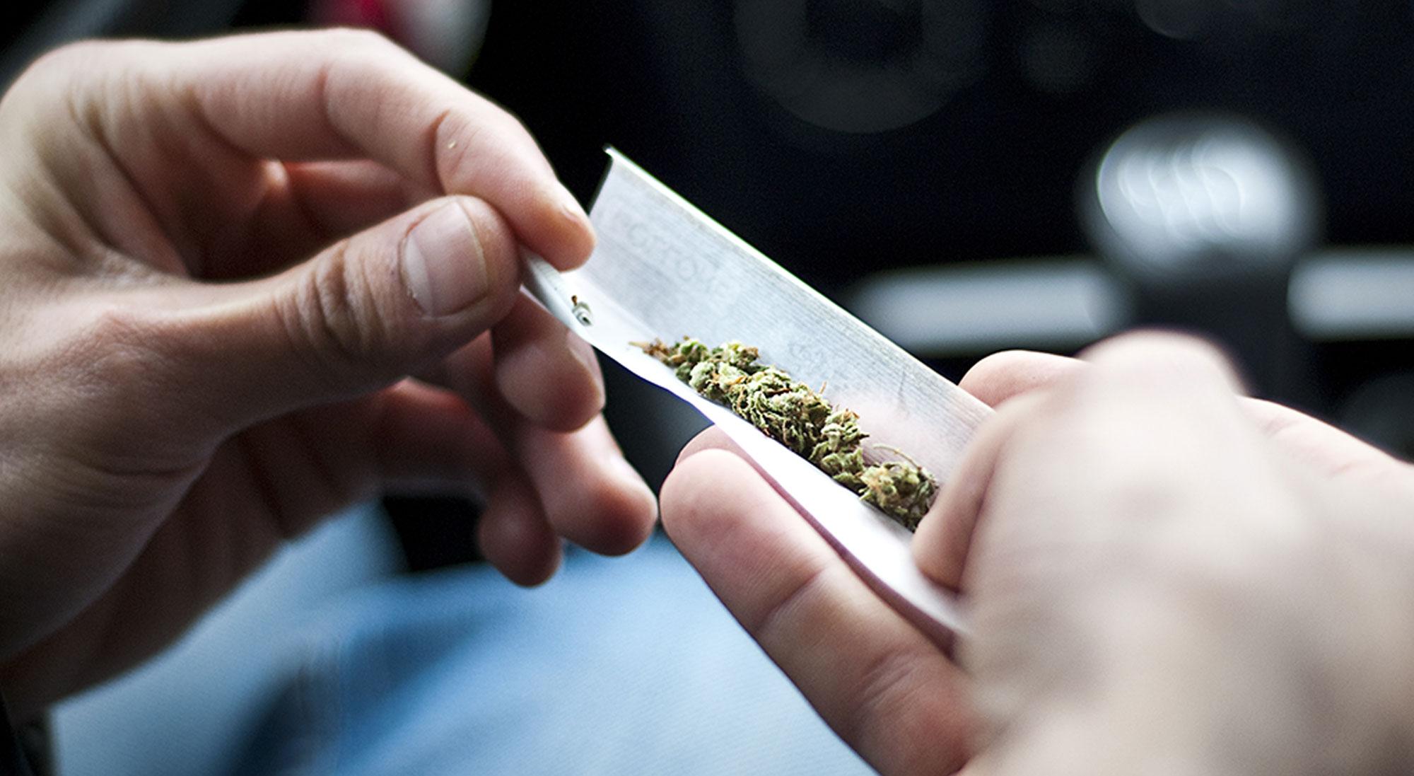 Hashmisbruger ruller en joint