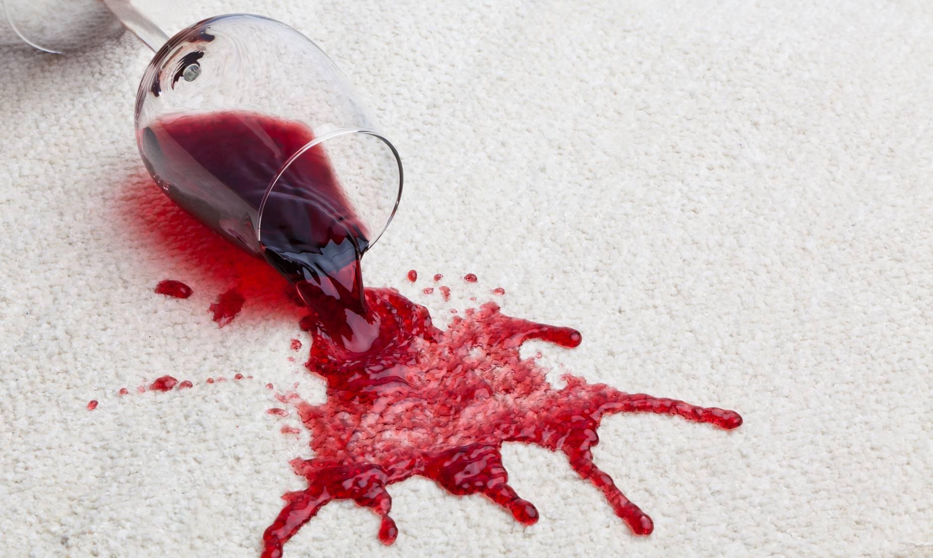 rødvin spildt på gulv
