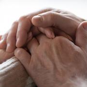 mand i alkoholbehandling holder pårørende i hænderne
