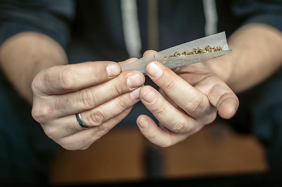 misbruger ruller en joint
